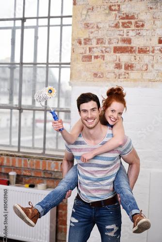 Leinwanddruck Bild glückliches paar renoviert die eigene wohnung