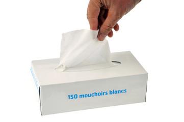 Prendre un mouchoir en papier