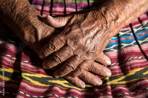 Poster Centraal-Amerika Landen hands of a very old mayan midwife