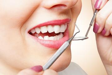 Frau ist zur Kontrolle beim Zahnarzt