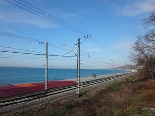 Железная дорога, море и красная крыша здания