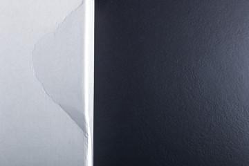 Pappkarton und Steinplatte
