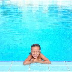 Niña en piscina grande