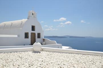 chapelle blanche surplombant la mer