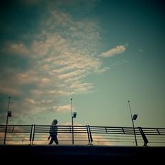 Mujer paseando por puente