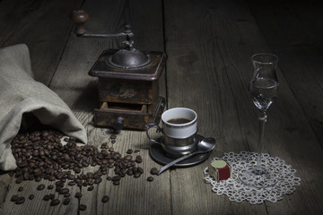 macinacaffè e tazzina