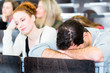Studenten im Uni Hörsaal müde und überarbeitet