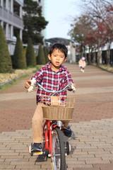 自転車に乗る幼児(5歳児)