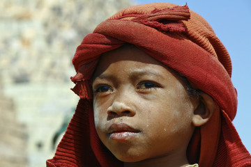 Hard working poor malagasy child - poverty