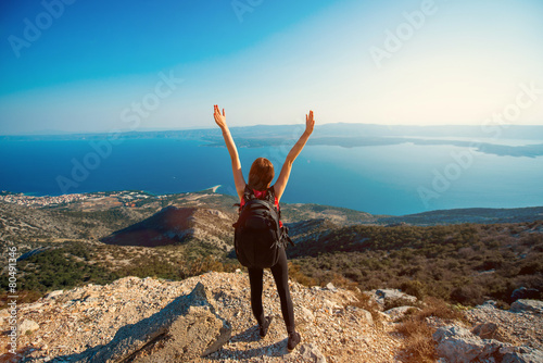 Tuinposter Alpinisme Woman traveling on the island top