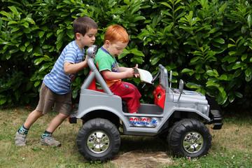 Spielen im Garten mit Elektroauto