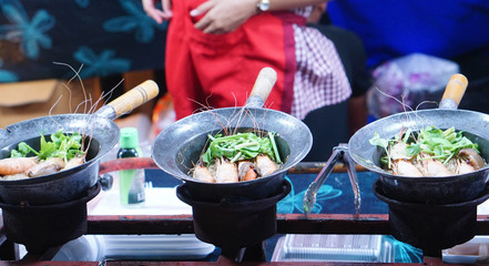 Cooking the vermicelli noodle with prawn