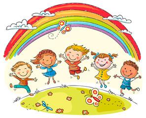 Dzieci skacze z radości pod tęczy
