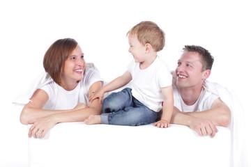 Glückliche Familie vor weißem Hintergrund