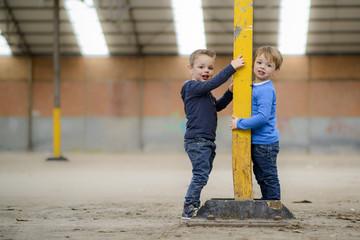 tweeling samen poseren