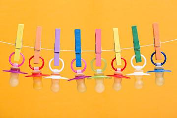 Bunte Baby-Schnuller für Jungen und Mädchen