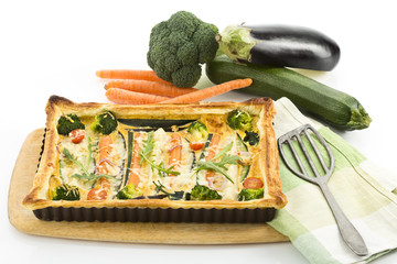 Vegetarische Quiche mit Aubergine, Broccoli, Karotten, Zucchini