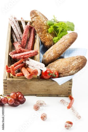 Salami-Sorten, Pfefferbeisser, Kabanossi und Brot auf Tablett