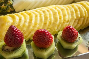 Piatto di frutta: fragole,kiwi e ananas