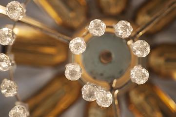 Lampadario di cristallo visto dal basso