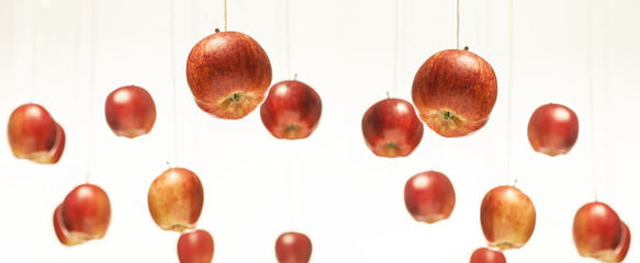 Rote Äpfel hängen an Schnur