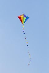 Kolorowy latawiec na błękitnym niebie