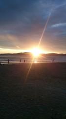 Sol nascendo na praia