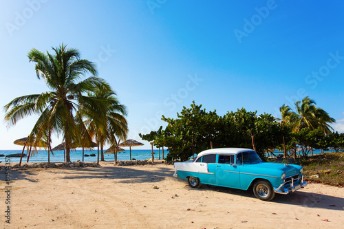 Leinwanddruck Bild Old classic car on the beach of Cuba