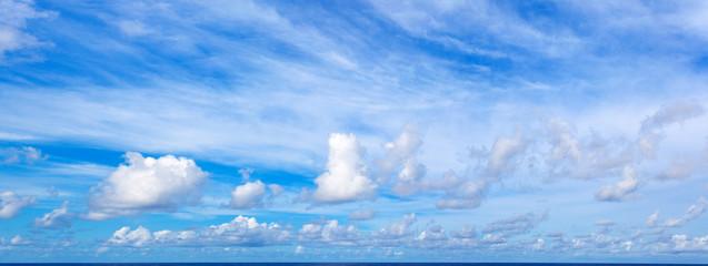 ciel et nuages au dessus de l'horizon