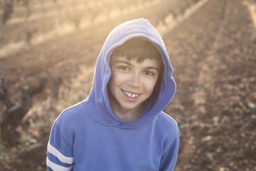 Niño sonriente en la naturaleza