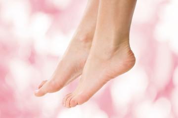 Füße einer Frau vor rosa Hintergrund