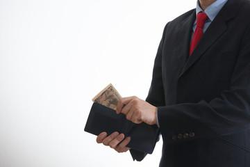 財布からお金を取り出すビジネスマン