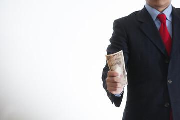 紙幣をつかむビジネスマン
