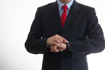 時計を確認するビジネスマン