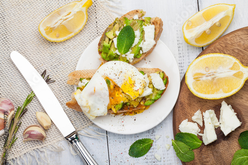 Avocado poached egg - 80528775