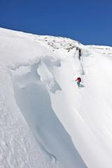 Snowboarder begibt sich in gefährliches Terrain