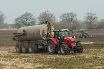 XXX Traktor mit Gülletank auf dem Feld - 8500