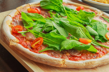 pizza with bacon, tomato and spinach