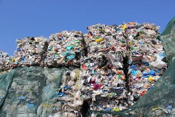 Kunststoff und Verpackungen auf einer Mülldeponie