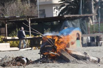 Legna che arde sulla spiaggia