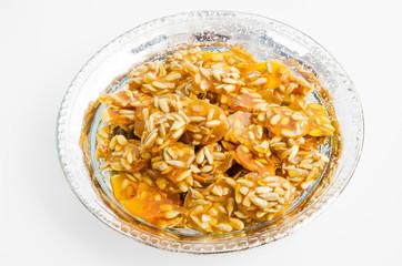 Traditionelle orientalische Süßigkeit mit Mandeln und Honig