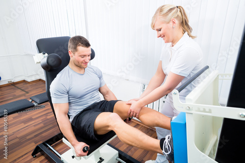 Physiotherapeut behandelt Patient in Praxis - 80545339