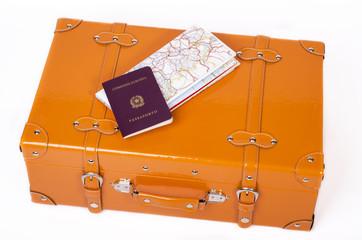 valigia passaporto e mappa