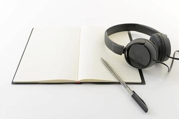 ヘッドフォンと筆記用具