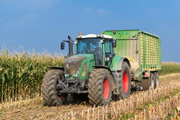 XXX - Traktor mit Ladewagen auf dem Maisfeld - 6426