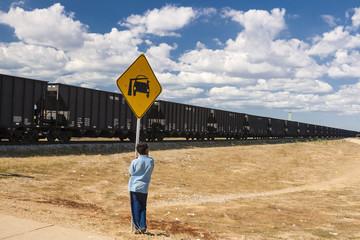Niño observando el tren