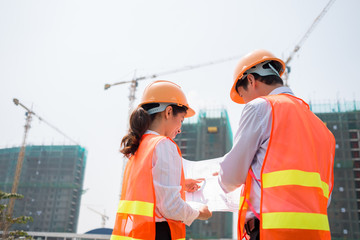 Discussing construction project