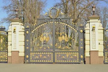 Красивые ворота в парке