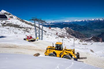 Schneeraupe und Bagger am Gletsche Hohe Tauern in Österreich
