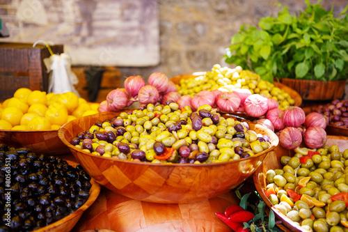 Keuken foto achterwand Boodschappen Marinated garlic and olives on provencal street market in Proven
